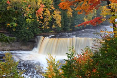 Tahquamenon Falls State Park. Credit: Le Do / Shutterstock