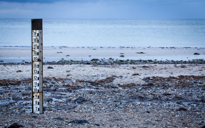 high & low tide marker. photo: JL-Pfeifer / shutterstock.com